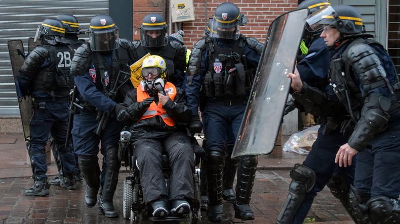 """""""Angriff mit Rollstuhl"""" – Behinderte Gelbwesten-Aktivistin muss vor französisches Gericht"""
