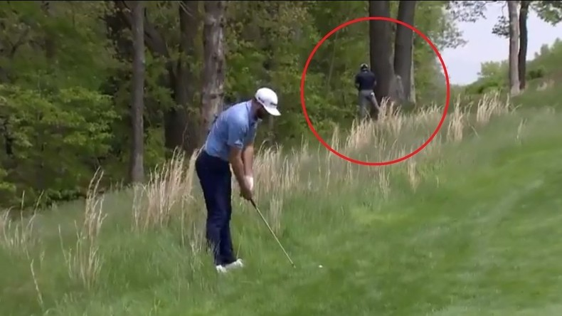 Vor laufender Kamera: Golfspieler entleert sich bei PGA Championship an Baum