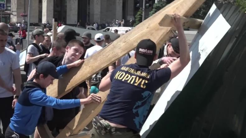 Ukraine: Nationalisten zerstören Bauzaun als Protest gegen Errichtung von Euromaidan-Denkmal