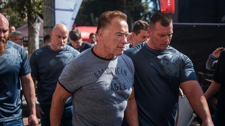 Unerschütterlicher Muskelberg: Arnold Schwarzenegger hält einem perfiden Tritt in den Rücken stand
