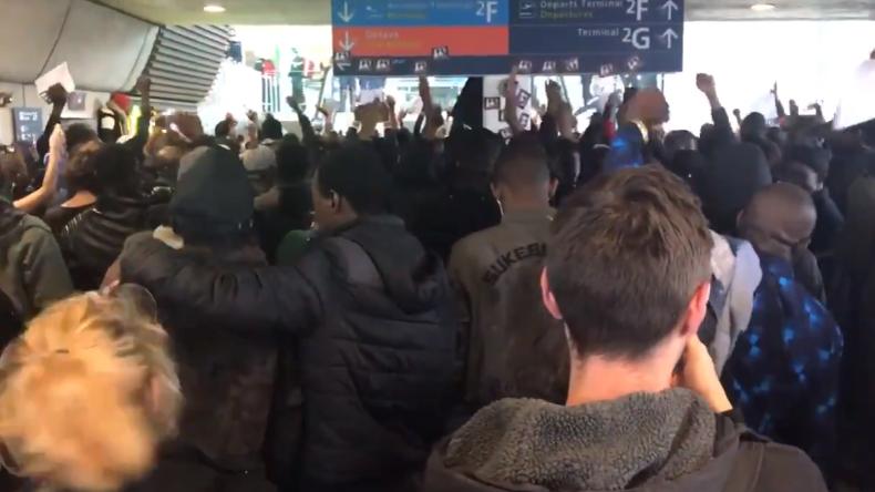 """Paris: """"Frankreich gehört nicht den Franzosen!"""" Hunderte Schwarzwesten-Migranten besetzen Flughafen"""