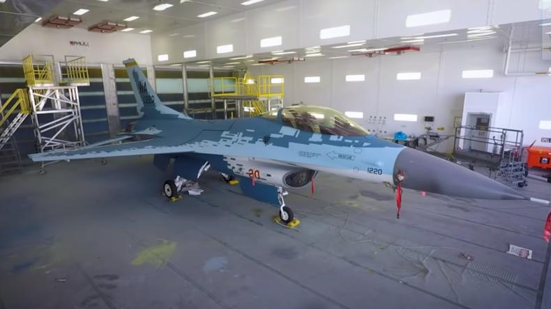 """Für """"Feindübungen"""": US-Luftwaffe lackiert F-16 in Farben von Russlands neuestem Kampfjet Su-57 um"""