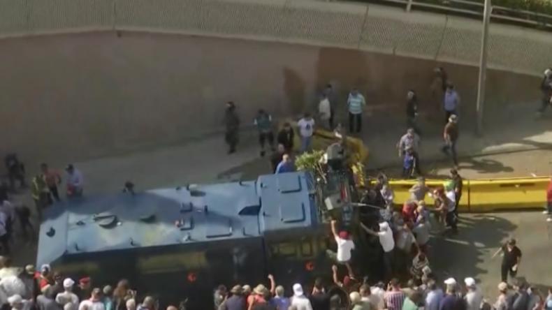 Libanon: Protestler kapern Wasserwerfer und wollen Büro des Premierministers stürmen