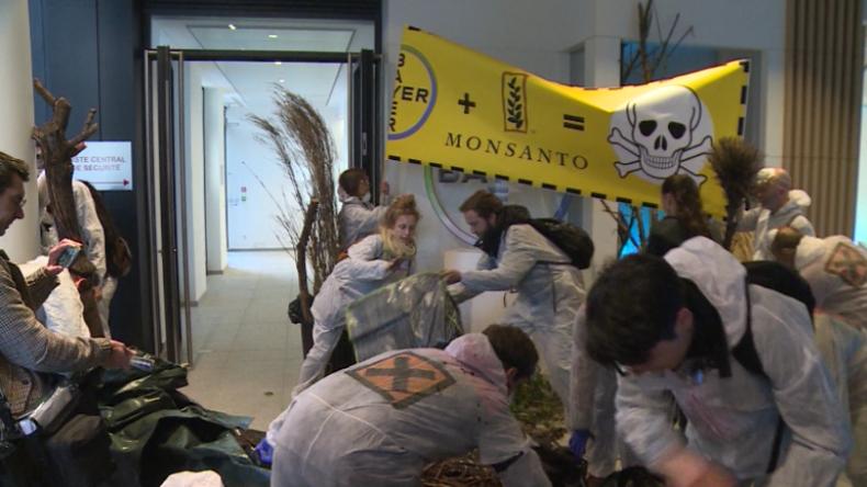 Frankreich: Monsanto-Gegner stürmen Bayer-Zentrale und fordern Verbote schädlicher Produkte