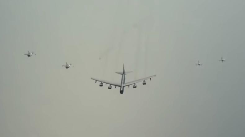 Militärflugzeuge aus Katar und den USA fliegen zusammen über den Persischen Golf