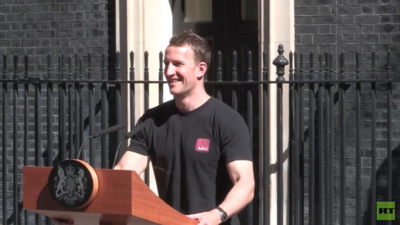 Es wird heiß in Downing Street 10: Toningenieur richtet Pult für Theresa May her und wird Superstar