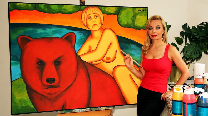 Im Evakostüm und hoch zu Ross: Künstlerin malt nackte Merkel auf rotem Bären