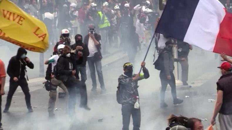Gelbwesten-Protest in Paris: Wieder schwere Zusammenstöße und massiver Tränengaseinsatz