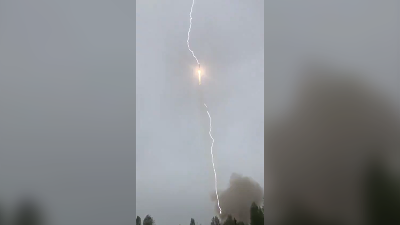 Blitz schlägt kurz nach dem Start in russische Sojus-Rakete ein [Video]