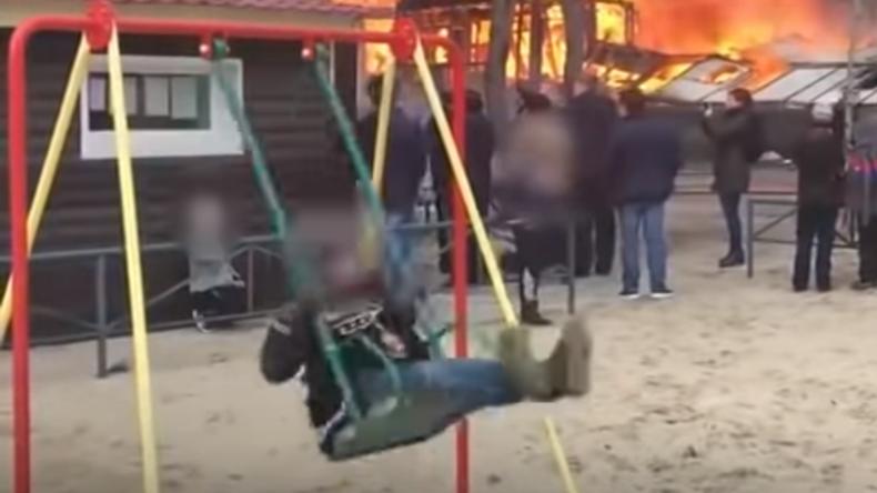 Symbol der Unerschütterlichkeit: Junge tobt sich auf Schaukel vor loderndem Haus aus (Video)