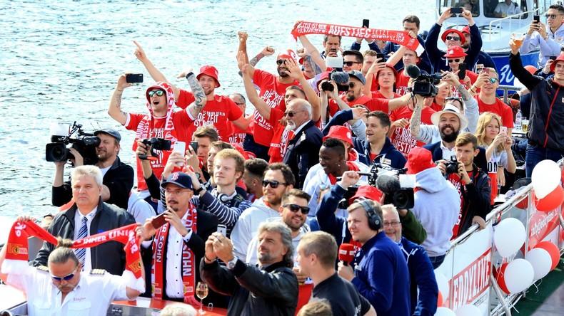 Berlin: Fans des 1. FC Union heißen das Team willkommen