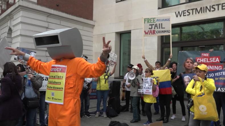 Protest für Assange und Pressefreiheit in London: WikiLeaks-Gründer liegt im Krankenhaus