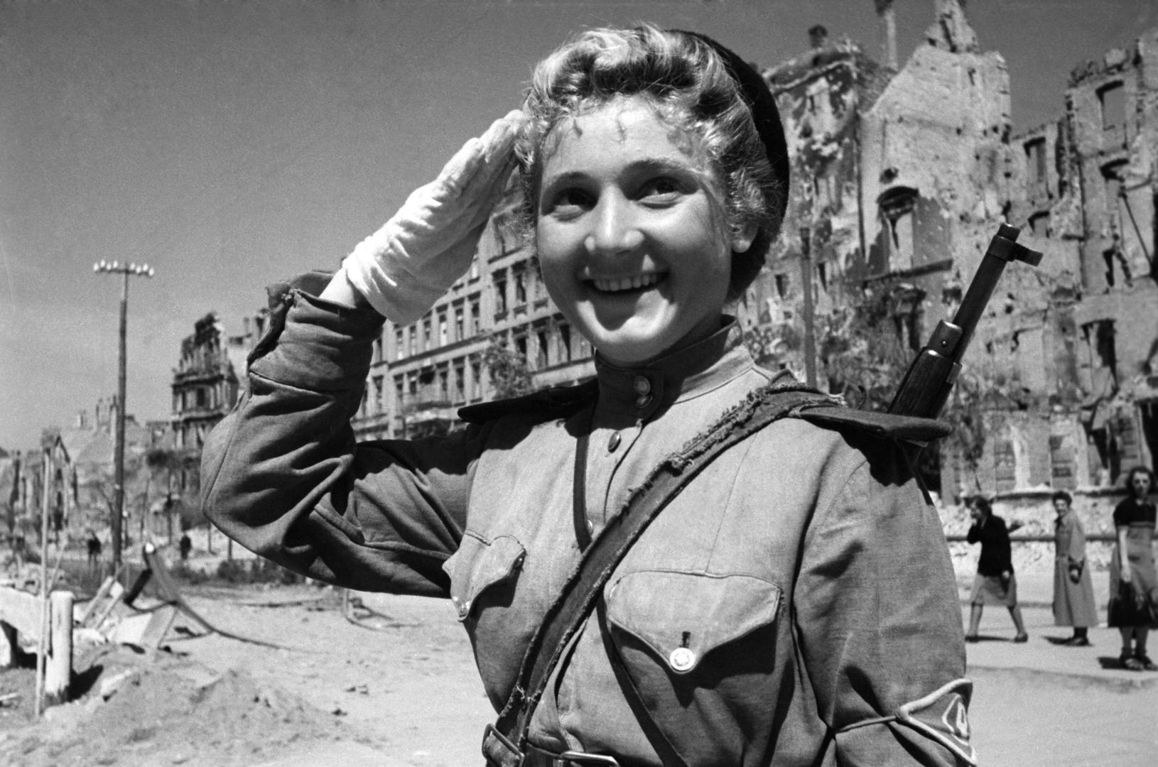 Sowjetische Soldatin am 1. Mai 1945 in Berlin