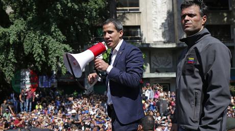Am Dienstagvormittag (30. April) standen die beiden Oppositionsführer Juan Guaidó und Leopoldo López Seite an Seite, bevor López am Abend in die spanische Botschaft in Caracas flüchtete.