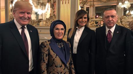 Die Präsidenten der USA und Türkei, Trump und Erdoğan, zusammen mit ihren Ehefrauen, trafen sich zum Abendessen in Paris anlässlich der Hundertjahrfeier nach dem Ende des Ersten Weltkrieges.