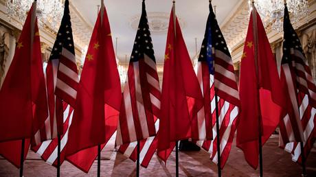 Flaggen der USA und China beim Treffen von US-Außenminister Mike Pompeo und Chinas Außenminister Wang Yi am 23. Mai 2018 in Washington DC.