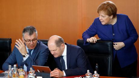 Bundeskanzlerin Angela Merkel mit Haushaltsstaatssekretär Werner Gatzer und Finanzminister Olaf Scholz (Mitte) bei der wöchentlichen Kabinettssitzung am März 2019 in Berlin: Zwischen der CSU und Finanzminister Scholz ist nun ein Streit über eine Reform der Grundsteuer entbrannt.