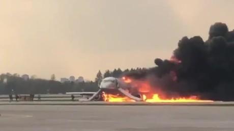 Bruchlandung auf Flughafen in Moskau