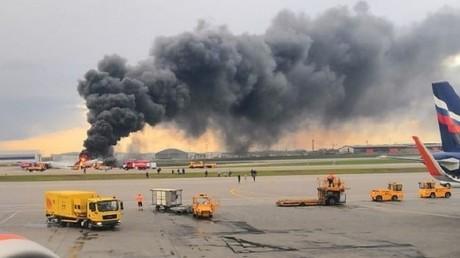Bild der verunglückten Maschine Suchoi Superjet-100 auf dem Rollfeld des Moskauer  Scheremetjewo Flughafens.