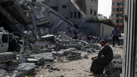 Ein Palästinenser sitzt neben den Überresten eines Hauses, welches durch die israelischen Angriffe zerstört wurde, Gaza, 6. Mai 2019.