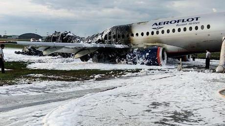 Der verunglückte Suchoi Superjet 100-95B auf der Landesbahn nach der Löschung