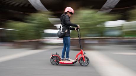 Eine Frau testet auf der Mobilitäts-Messe