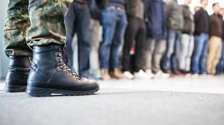 Symbolbild: Neue Bundeswehr-Rekruten erhalten ihre Uniformen, Deutschland, 6. Dezember 2016