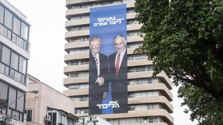 Betonte Einigkeit: Im Wahlkampf warb Israels Ministerpräsident Benjamin Netanjahu mit Plakaten, die ihn mit US-Präsident Donald Trump zeigten (Tel Aviv, 4. April 2019)