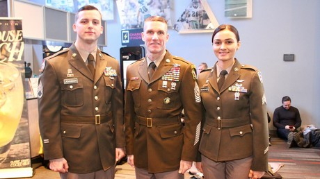 Im alten Look: Die neuen Dienstuniformen der US-Armee ähneln stark der Soldatenbekleidung aus dem Zweiten Weltkrieg. In der Mitte: Oberstabsfeldwebel Daniel Dailey.