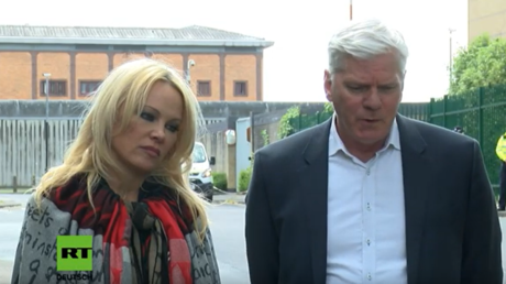 Anderson und Hrafnsson bei ihren Statements vor dem Gefängnis am Dienstag