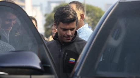 Bei ihm ist klar, auf wessen Seite er steht: Leopoldo López, wegen Anstiftung zu Aufruhr und Gewalt verurteilter Oppositionspolitiker, nach dem Verlassen seines Hausarrestes am 30. April 2019. Der gescheiterte Putsch