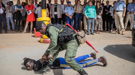 Bundeskanzlerin Merkel wird am 3. Mai 2019 an einem Kontrollpunkt der zivilen EU-Unterstützungsmission EUCAP in Niamey, Niger eine Verhaftung vorgeführt.