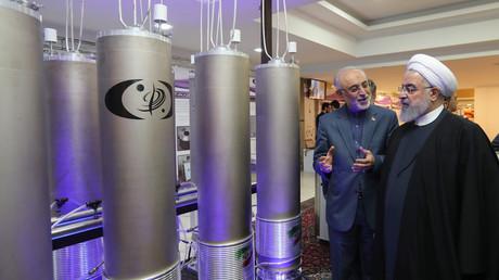 Der Präsident des Iran Hassan Rohani (r.) im Gespräch mit Ali Akbar Salehi, dem Leiter der Iranischen Atomenergieorganisation (9. April 2019)