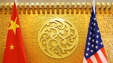 Die chinesische und die US-Flagge beim Transportministerium in Peking, China.