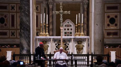 Papst Franziskus hat der katholischen Kirche neue Anzeigeregeln in Missbrauchsfällen verordnet – allerdings nur an interne Stellen.