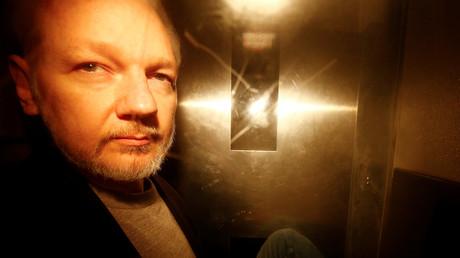 WikiLeaks-Gründer Julian Assange verlässt das Gericht in London, nachdem er am 1. Mai zu 50 Wochen Haft verurteilt wurde. Er soll gegen Kautionsauflagen verstoßen haben.
