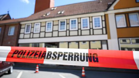 Im Zusammenhang mit dem Armbrust-Fall Passau haben Ermittler zwei weitere Leichen in Niedersachsen gefunden. Die toten Frauen wurden in einem Haus in Wittingen (hier im Bild) eines der Passauer Opfer entdeckt. Das zweigeschossige Fachwerkhaus wurde mit einem Flatterband abgesperrt.