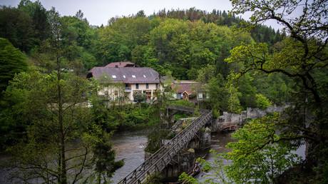 Die Pension liegt inmitten idyllischer Natur an der Ilz, einem Nebenfluss der Donau, im Bayerischen Wald. Die drei Leichen wurden am Samstag von einem Zimmermädchen entdeckt.