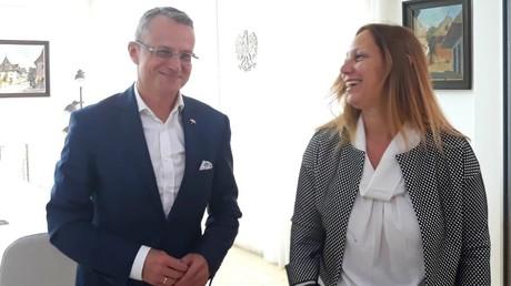 Magierowski gemeinsam mit einer israelischen Regierungsvertreterin im Mai 2019
