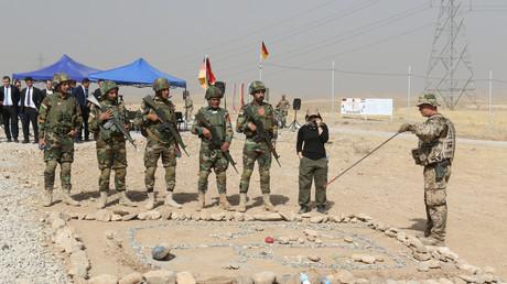 Ein Soldat der Bundeswehr (R) unterweist Soldaten der kurdischen Peshmerga bei einem Besuch der Bundesverteidigungsministerin Ursula von der Leyen im Bildungszentrum Banslawa bei Erbil, Irak, 23. September 2016.