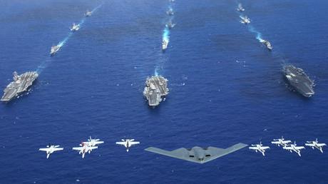 Ein B-2-Bomber der US-Airforce fliegt zusammen mit anderen Kampfflugzeugen der Marine und des Marineinfanteriekorps über einen US-Flugzeugträger-Verband.