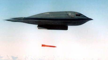Ein B-2 Bomber der US-Airforce wirft eine bunkerbrechender Bombe vom Typ B61-11 ab