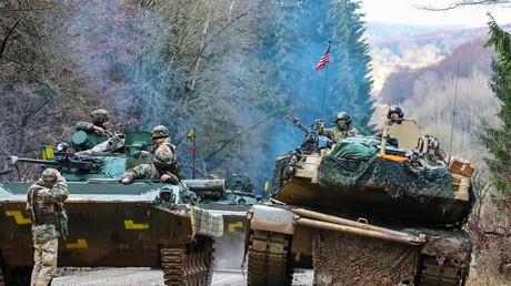 Symbolbild: Panzerbesatzung der US Army M1A1 Abrams während der Übung Combined Resolve XI an der Seite einer Reihe von gepanzerten Fahrzeugen der ukrainischen Armee in Hohenfels, Deutschland, 10. Dezember 2018.