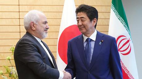 Der iranische Außenminister Dschawad Sarif mit dem japanischen Premierminister Shinzō Abe, Tokio, Japan, 16. Mai 2019.