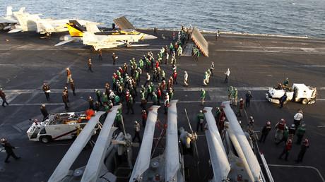 An Deck der USS Abraham Lincon beim Passieren der Straße von Hormus
