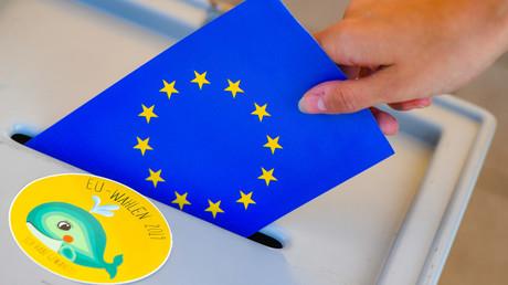 Die EU-Flagge im Schlitz einer Wahlurne: Vom 23. bis 26. Mai 2019 können die Bürger der Europäischen Union zum neunten Mal die Abgeordneten für das Europäische Parlament direkt wählen.