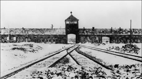 Ein im Januar 1945 aufgenommenes Foto zeigt das Tor und die Eisenbahnen des Konzentrationslagers Auschwitz nach seiner Befreiung durch sowjetische Truppen.