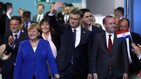 Bundeskanzlerin Angela Merkel, Kroatiens Premierminister Andrej Plenković und EVP-Spitzenkandidat Manfred Weber auf dem Weg zur Wahlkampfveranstaltung in Zagreb