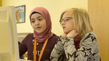 Soll nach dem Willen der Mehrheit der Deutschen künftig verboten sein: Eine Schülerin trägt im Unterricht Kopftuch (Symbolbild aus einer Grundschule in Niedersachsen)