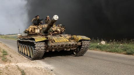 Terroristen der Nusra-Front in einem Panzer bei Kafr Nabuda.
